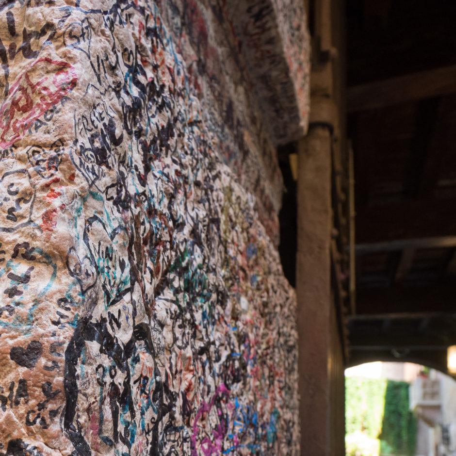 Grafitis vor dem Balkon von Julia